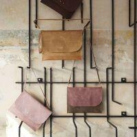 Интериор на магазин за дамски чанти от арматурно желязо...